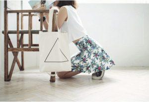 Với thiết kế túi hình hộp, có hông, đáy vuông giúp chiếc túi trông rất cứng cáp, chắc chắn, và còn đựng được đồ có kích thước lớn một cách dễ dàng.