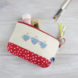 Túi đựng đồ trang điểm là chiếc túi đa dang chuyên dụng khi chị em muốn mang mỹ phẩm, dụng cụ trang điểm đi làm, đi học hay khi đi du lịch.