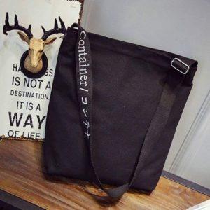 Túi vải bố trơn màu đen không in hình ảnh, chữ lên túi, cực kì tiện lợi với nhiều ngăn khóa kéo, tích hợp với rất nhiều ngăn phụ