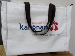 Chiếc túi vải bố sử dụng trong bệnh viện tiện dụng với khả năng cất giữ rất nhiều đồ vật cá nhân lại có giá trị marketing cao, bảo vệ môi trường.