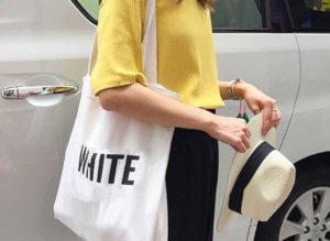 Với khả năng phối hợp ăn ý với nhiều trang phục khác nhau, chiếc túi teen vải bố rất hợp với phong cách trẻ trung, năng động.