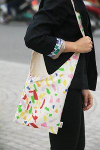 Những chiếc túi vải bố lạ mắt, độc đáo và thân thiện với môi trường dần trở thành một trào lưu hiện nay. Tất cả chinh phục phái đẹp bởi kiểu dáng siêu sáng tạo và hiện đai.