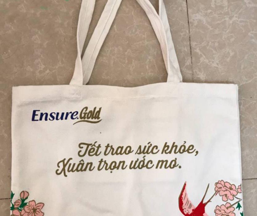 Một chiếc túi ẩn chứa hai mục đích vừa để đựng quà, vừa PR cho brand của doanh nghiệp.