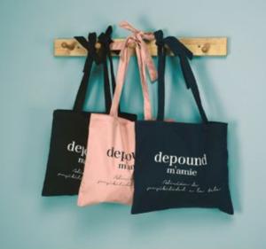 Túi vải bố dạng dẹt có thiết kế đơn giản, phong cách trẻ trung, được làm từ vải bố vô cùng giản dị lại an toàn đối với người dùng