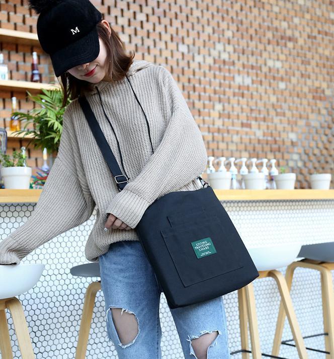 Túi xách túi vải bố màu đen sẽ giúp bạn trở nên đẳng cấp, sang trọng và thu hút người đối diện hơn.