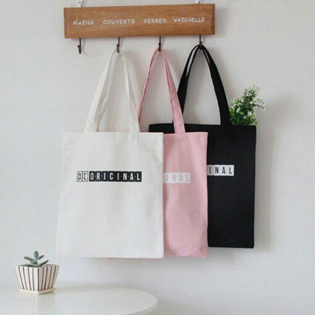 Chọn túi canvas vải bố làm quà tặng- một món quà vô cùng ý nghĩa, gần gũi thể hiện tình cảm gắn bó.