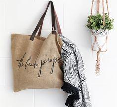 Túi vải đay được nhiều người tin dùng về chất lượng, giá cả, tính thẩm mỹ và thân thiện với môi trường, mang đến hiệu quả sử dụng cao trong cuộc sống