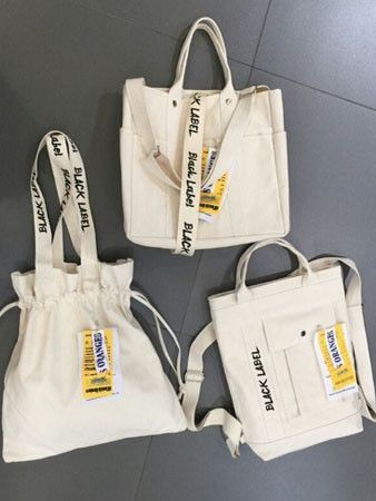 Túi vải bố làm quà tặng với đặc điểm gọn nhẹ, đơn giản nhưng thiết thực và gần gũi trong khi sử dụng.