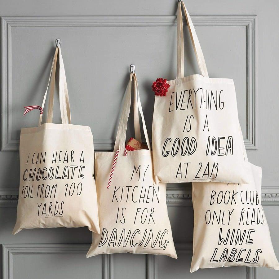 Túi vải bố may suông với kiểu dáng đơn giản, nhiều kích thước cho khách hàng lựa chọn cùng chất liệu bền chắc