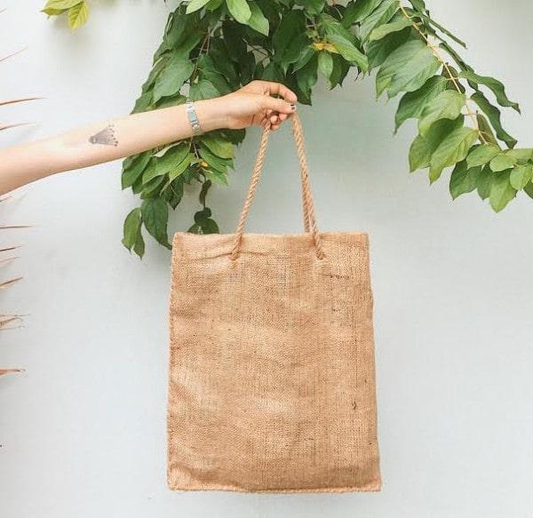 Túi vải đay dạng xách tay là một trong những kiểu dáng được người tiêu dùng ưa chuộng nhất