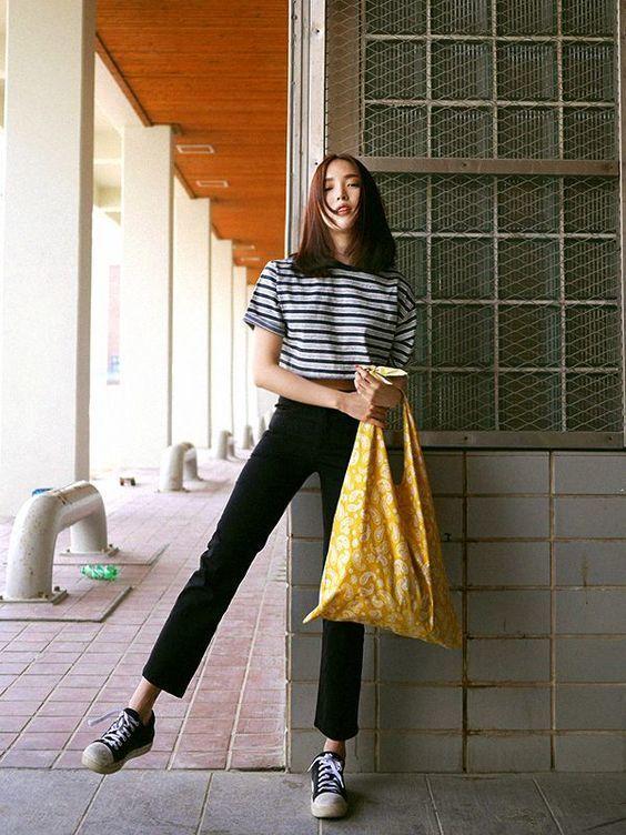 Nếu bạn là một người Mệnh Kim thì một chiếc túi xách với những chi tiết khóa, móc được làm bằng đồng ánh vàng thì sẽ là một sự lựa chọn tuyệt vời