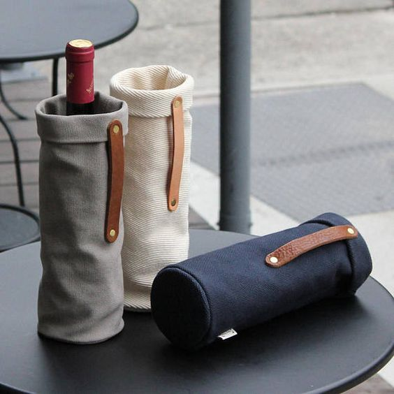 Túi vải đựng rượu về cơ bản sẽ khác nhau về: chất liệu (vải không dệt, vải đay, vải bố), màu sắc hay họa tiết, kiểu dáng,…và quan trọng chính là kích thước vừa vặn