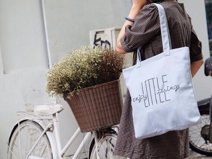 """Chỉ cần lên ý tưởng cho một chiếc túi và chút tỉ mỉ là bạn có ngay một chiếc túi vải bố đáng yêu, không """"đụng hàng"""" với bất kỳ ai."""