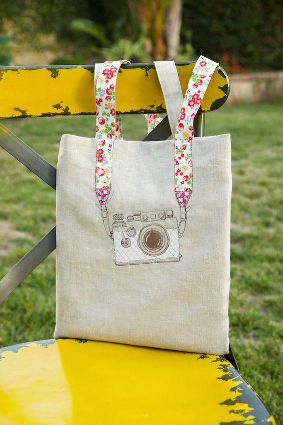 Mỗi một chiếc túi vải bố đều có một thiết kế khác nhau và phù hợp cho từng hoàn cảnh, nên sử dụng túi vải bố làm phụ kiện thế nào cho ấn tượng nhất.