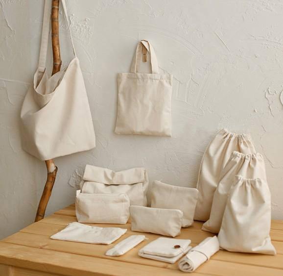 Với màu trắng và màu kem, các hình ảnh, câu chữ sẽ nổi bật trên chiếc túi vải bố trơn xinh xắn, tiện ích với muôn vàn ý tưởng sáng tạo của bạn