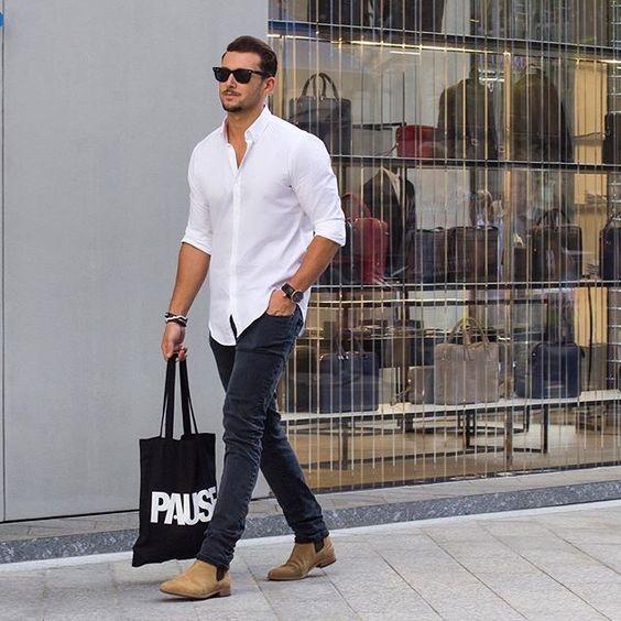 Chiếc túi tote vải bố hoàn thành set đồ, là một món phụ kiện đầy nam tính và được nhiều quý ông ưa thích.