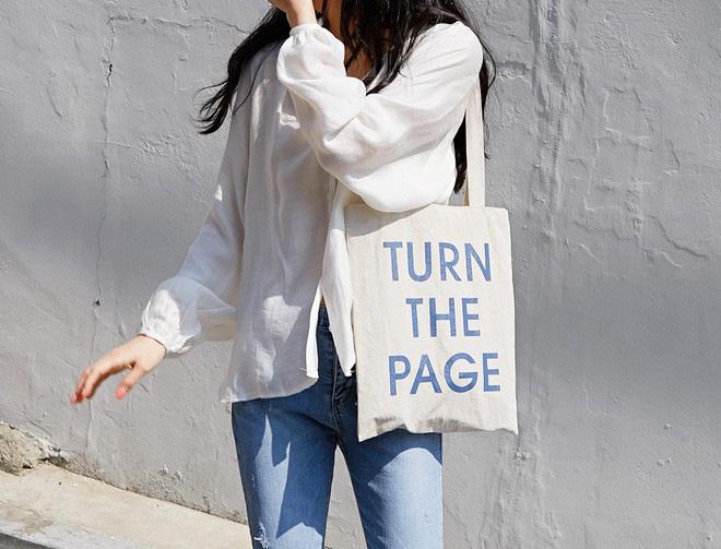 """Túi vải bố tote in slogan là một cách để truyền tải """"cái tôi"""" độc đáo của mỗi cá nhân."""