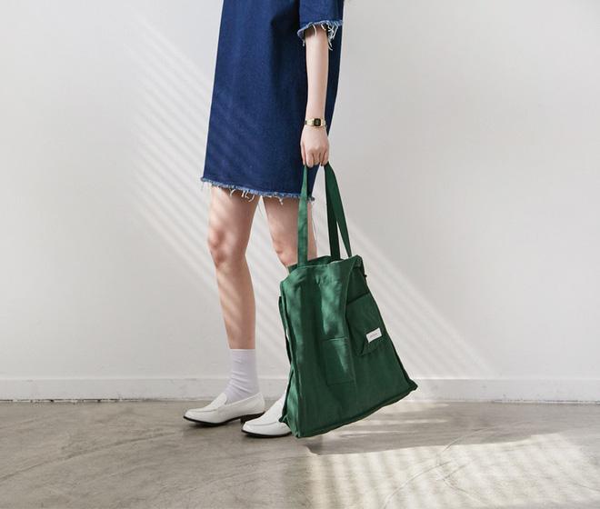 Dù chỉ là những chiếc túi tote vải bố trơn màu đơn giản nhưng vẫn đủ khả năng tạo nên điểm nhấn độc đáo cho phong cách của bạn