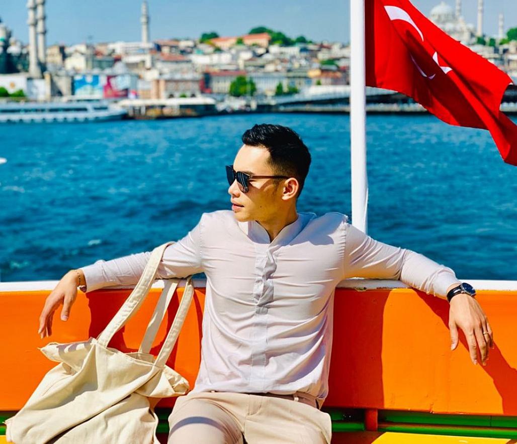 Siêu mẫu – MC Mạnh Khang sử dụng túi vải cho chuyến du lịch mới đây của anh.