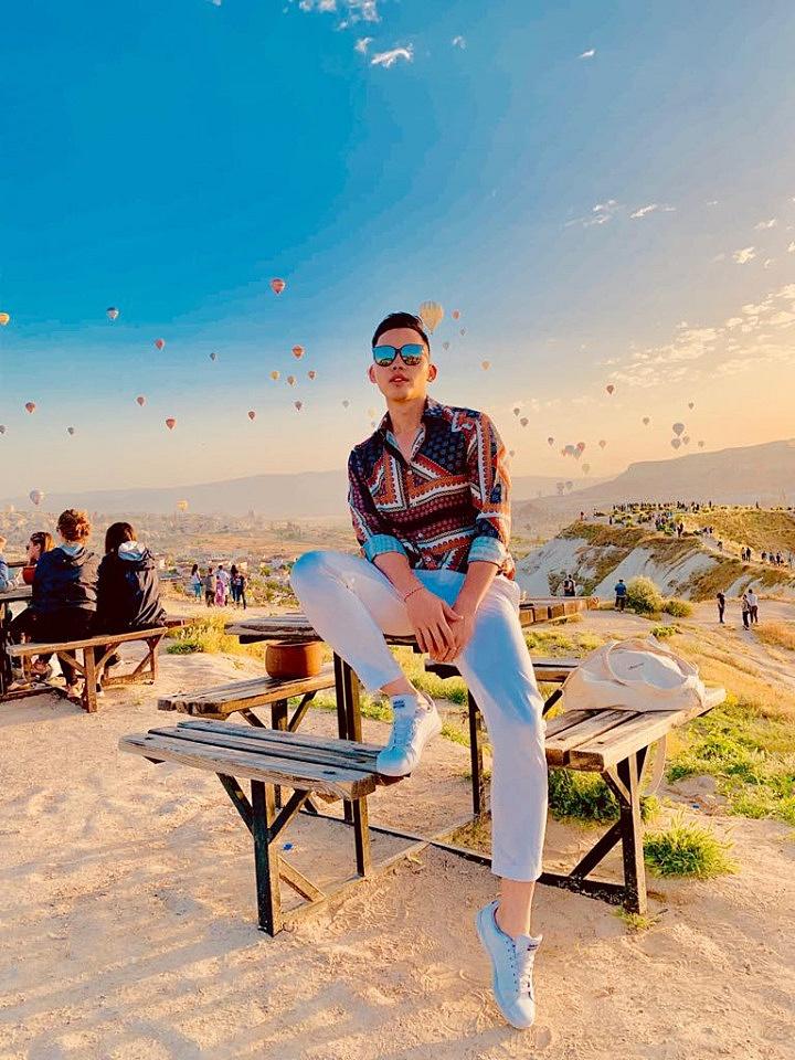 MC Mạnh Khang chia sẻ: Túi vải đựng cả thế giới đang là xu hướng và anh thường xuyên sử dụng túi vải bố trong những chuyến đi du lịch, công tác của anh.