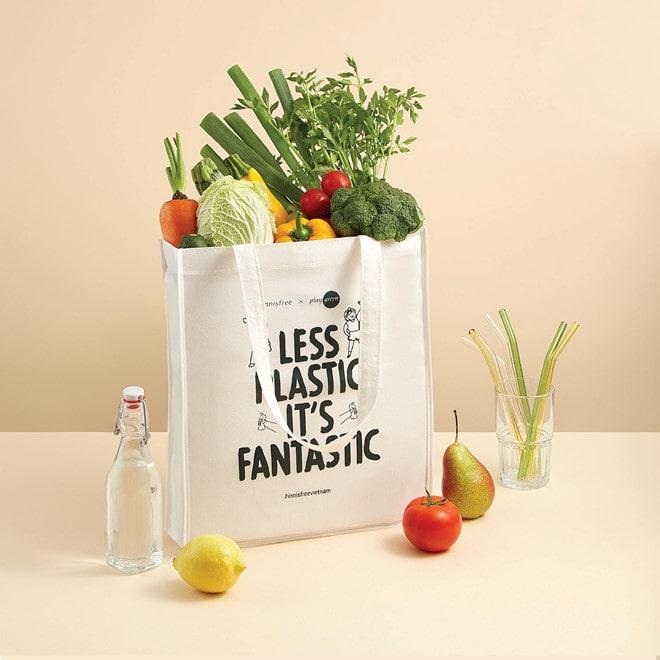 Sử dụng túi vải bố khi đi mua sắm đáp ứng nhu cầu chứa đựng đồ và góp phần bảo vệ môi trường