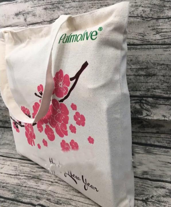Một chiếc túi ẩn chứa hai mục đích vừa để đựng quà, vừa PR cho thương hiệu của doanh nghiệp.