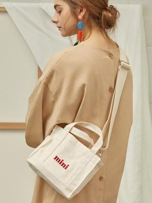Những chiếc túi đeo chéo được làm từ chất liệu vải bố được rất nhiều bạn trẻ mang trên mình.