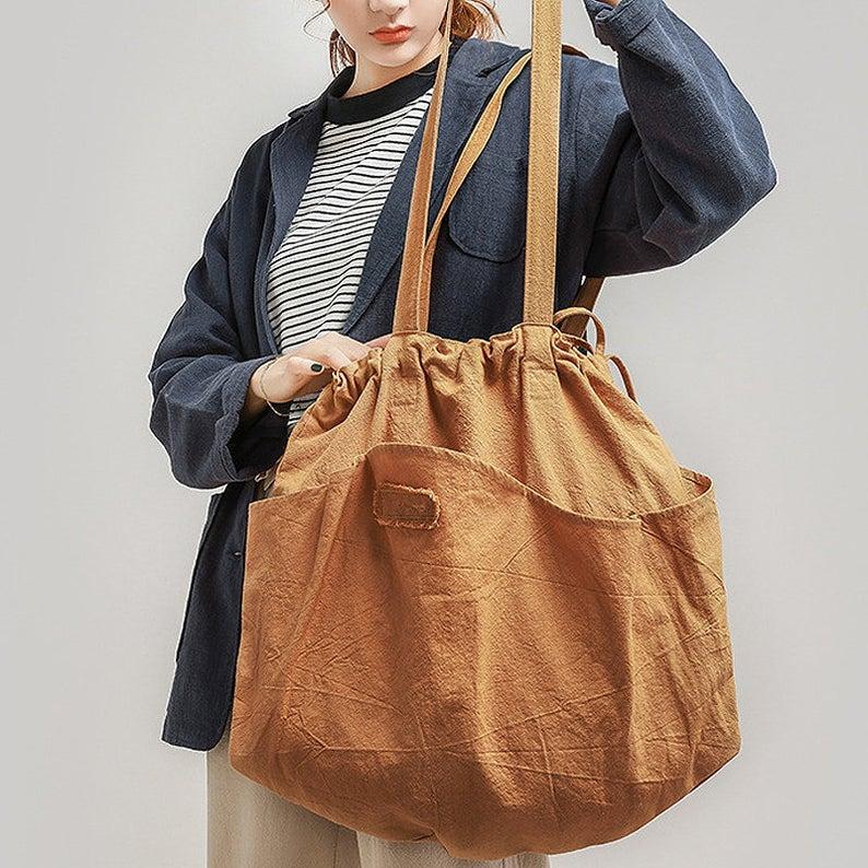 Túi vải bố là một công cụ cần thiết, vừa giúp người sử dụng tạo nên được cá tính của bản thân mình.