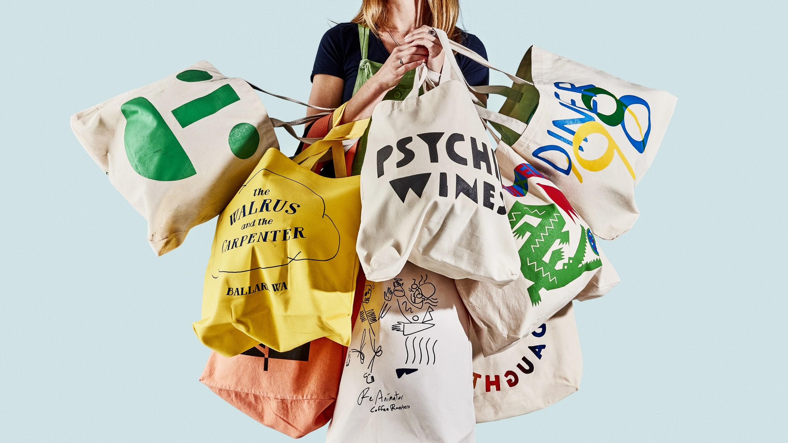 Sử dụng túi vải để đi chợ sẽ góp phần giảm thiểu lượng rác thải ra và giúp bảo vệ môi trường trở nên xanh – sạch – đẹp hơn