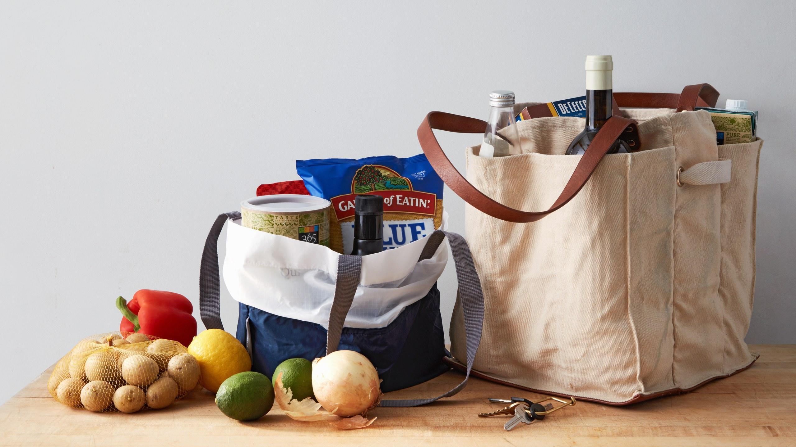 Với chiếc túi vải bạn đang góp phần bảo vệ môi trường khi không cần sử dụng túi ni lông mỗi khi đi chợ nữa.