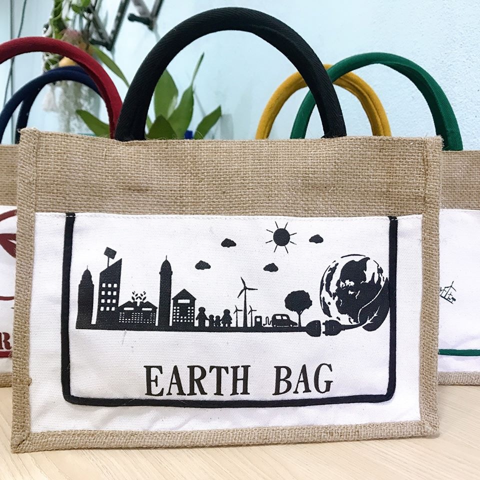 Túi xách vải bố với thiết kế giản dị và vô cùng hữu ích, thích hợp cho mọi trang phục để đi chơi Tết