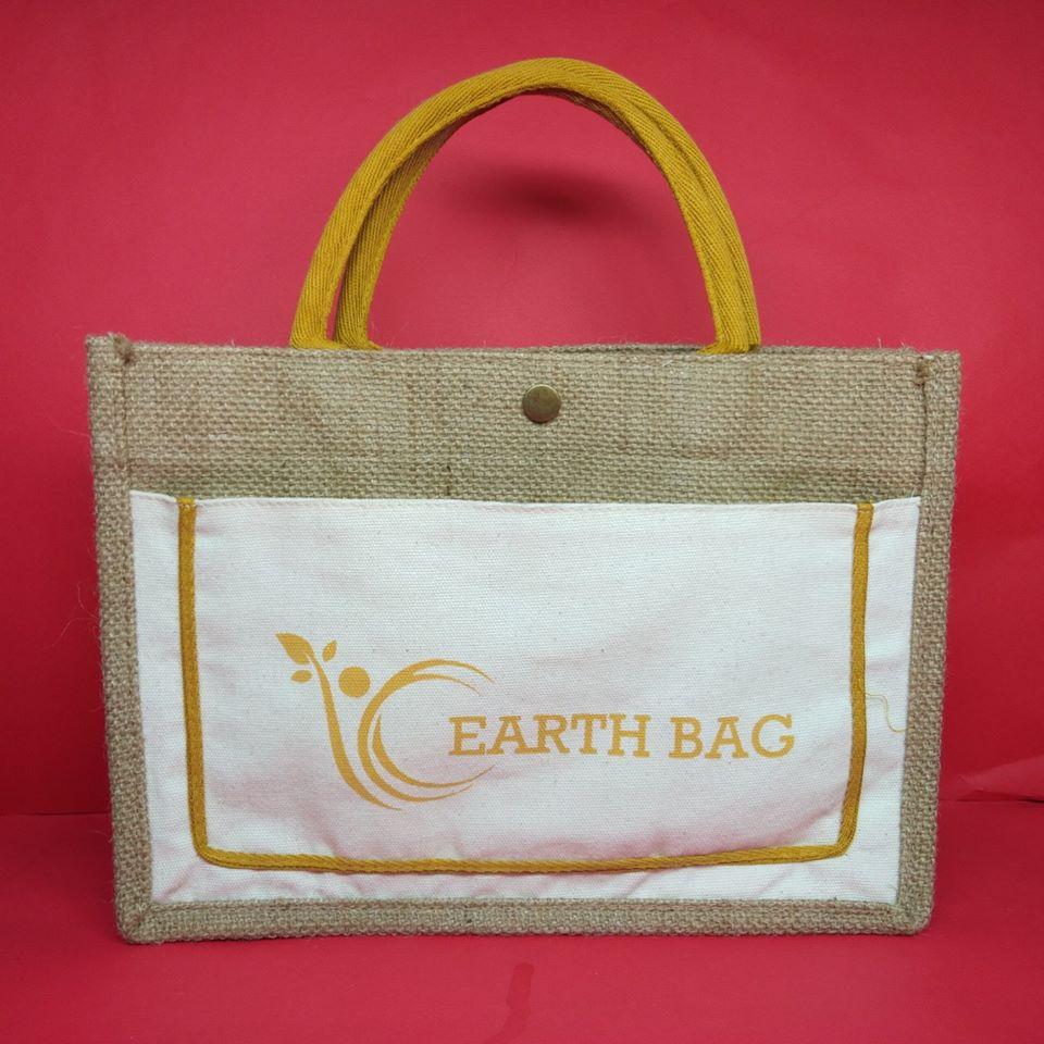 Túi xách làm từ chất liệu vải bố bền chắc cùng tính năng chứa đồ vượt trội, được rất nhiều người ưa chuộng trong dịp Tết