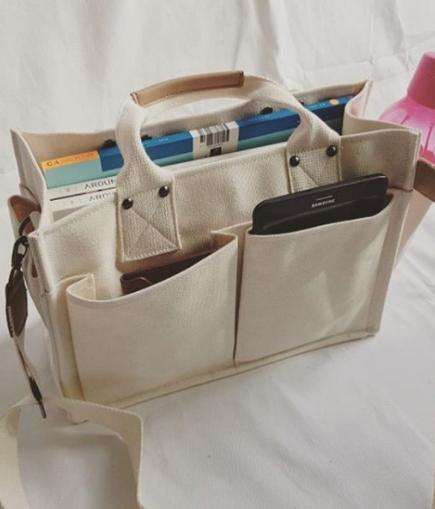 Túi xách vải bố đi học, vừa tiện lợi cho khả năng đựng tập vở vừa đáp ứng nhu cầu sử dụng mà bên cạnh đó còn mang đến tính thời trang cho sản phẩm sử dụng