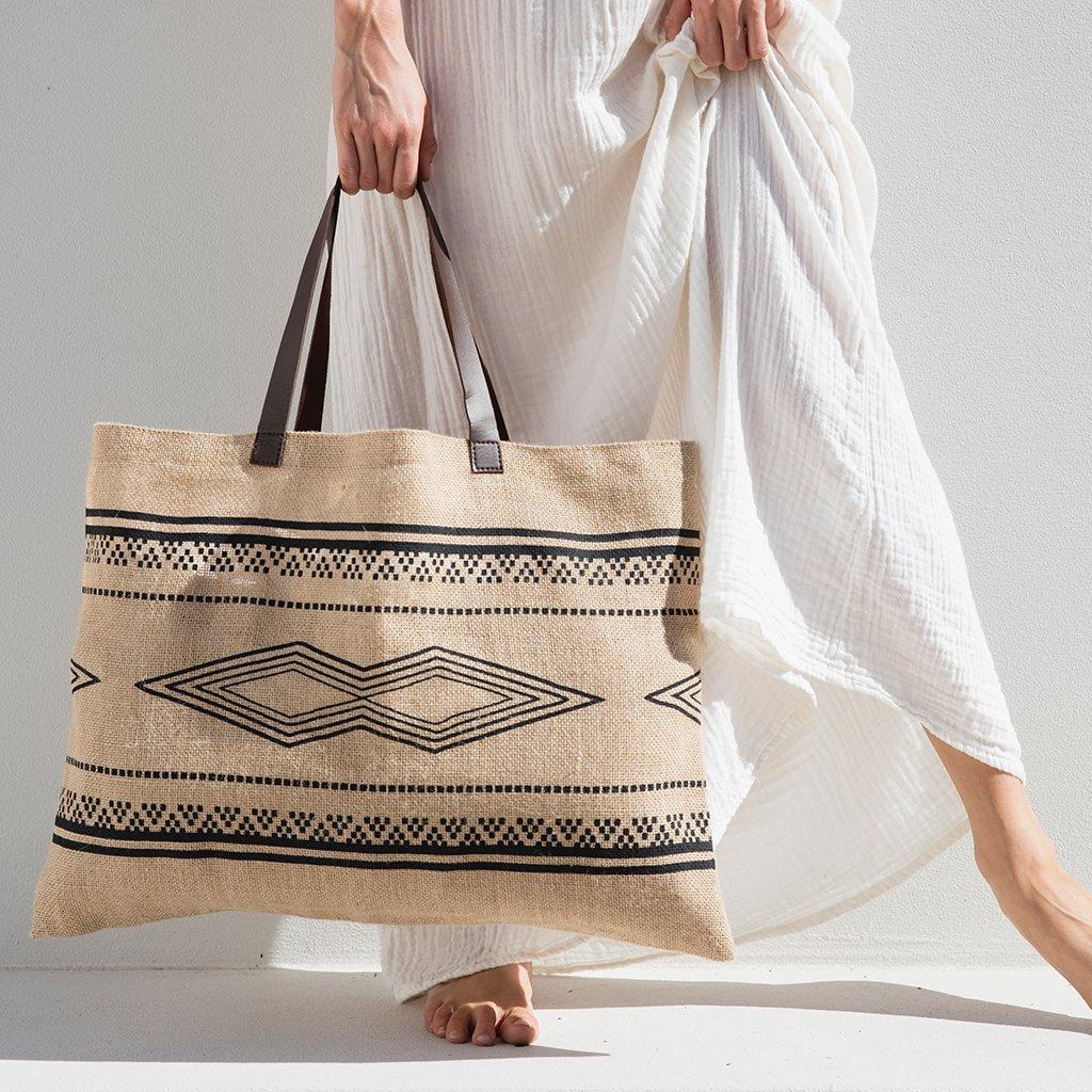 Một trong những giải pháp cải thiện môi trường hiện nay đó là sử dụng túi vải bố gai thay thế cho các túi nilon, túi nhựa…
