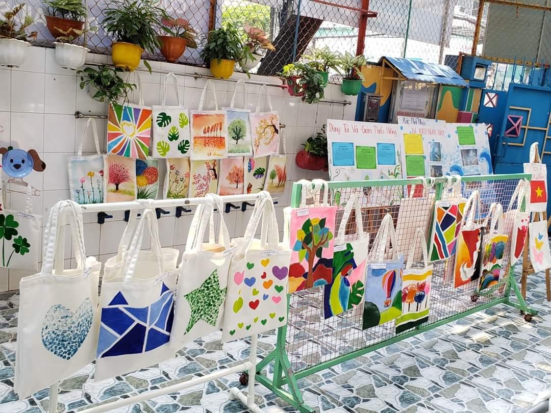 Triển lãm được tổ chức vào dịp cuối tuần nên thu hút rất nhiều phụ huynh và các bạn nhỏ đến tham quan