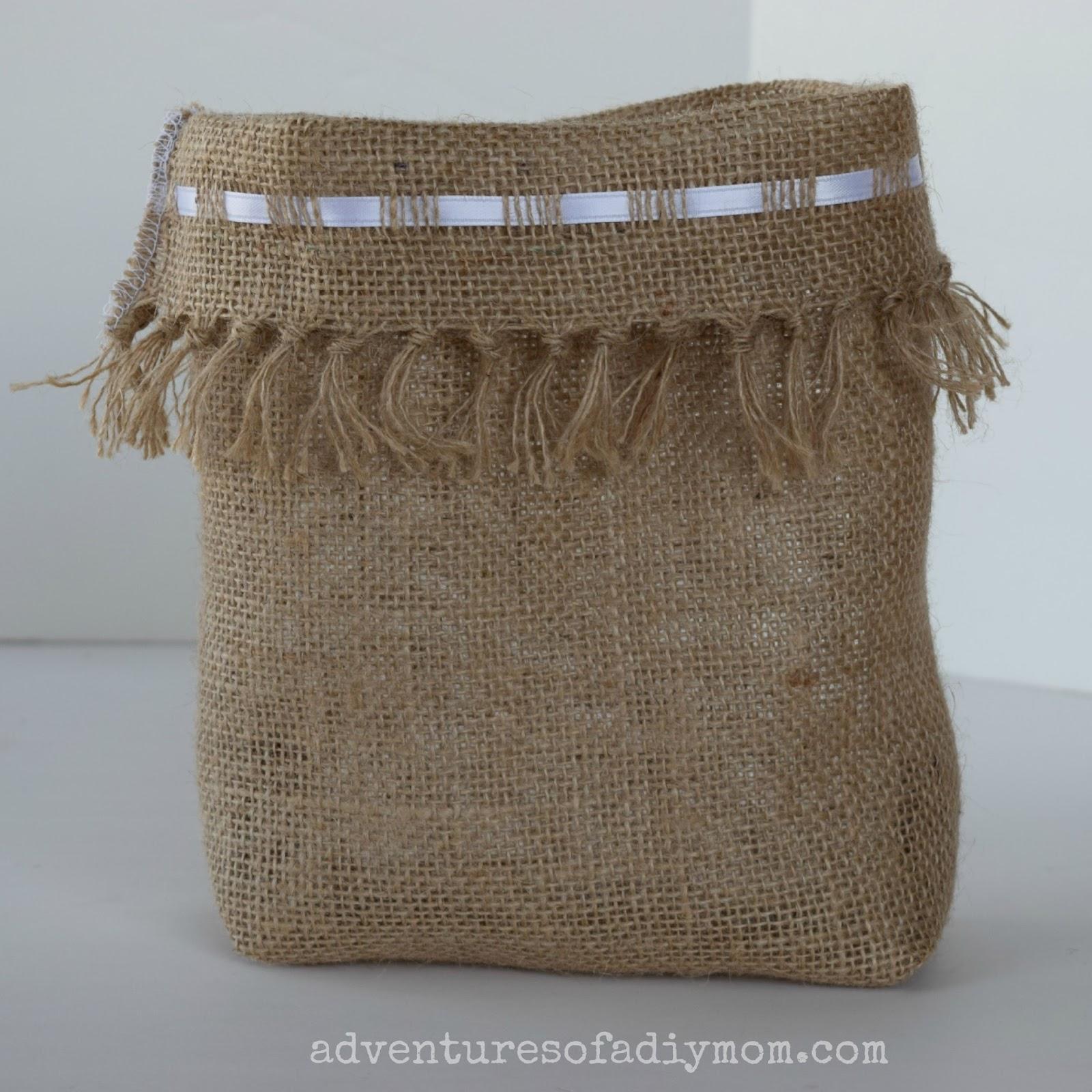 Những chiếc túi vải bố handmade khá đơn giản nhưng cực kì ấn tượng bởi mỗi cái túi là một phong cách khác nhau