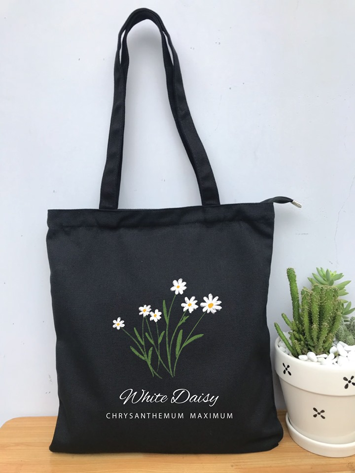 Túi vải canvas hình hoa tại Trí Việt sẽ giúp các bạn nữ thật cá tính xinh đẹp và còn tiện lợi nữa