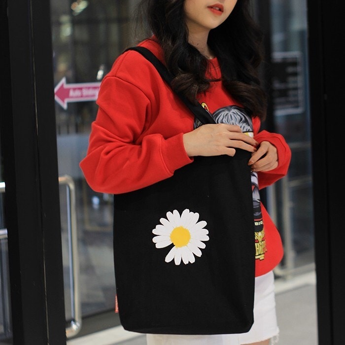 """Được mệnh danh là """"chiếc túi của sự tối giản"""" túi vải canvas hoa sẽ không làm bạn thất vọng về tính tiện dụng và thời trang"""