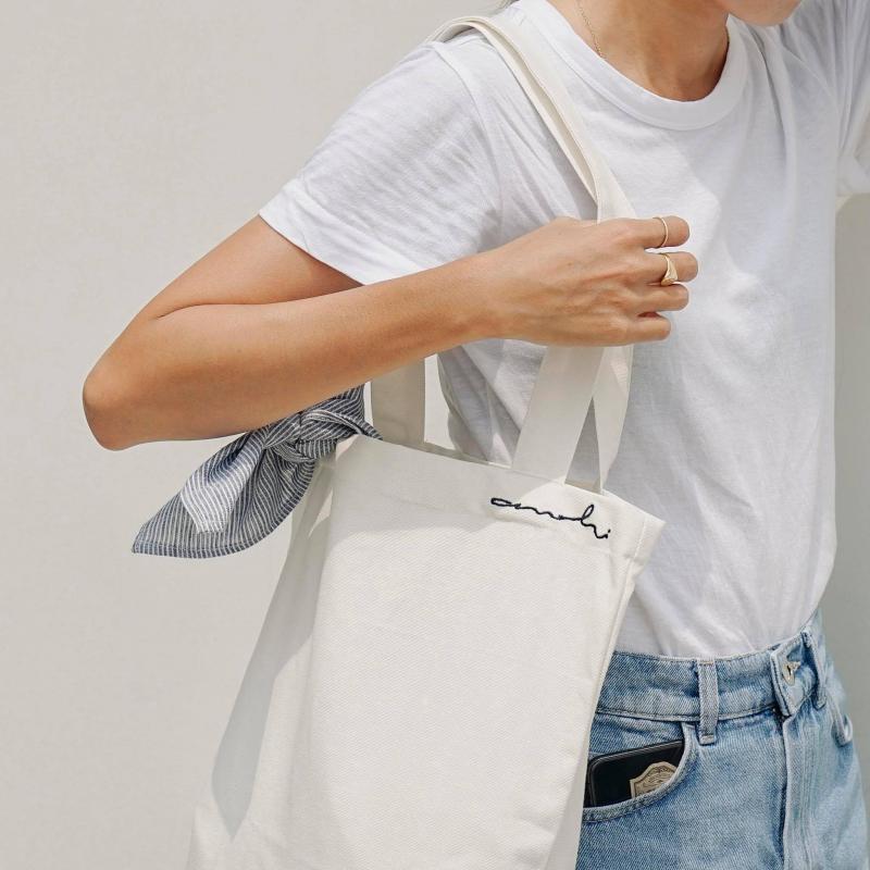 Túi canvas màu trắng không kén người dùng, không bị lỗi mốt