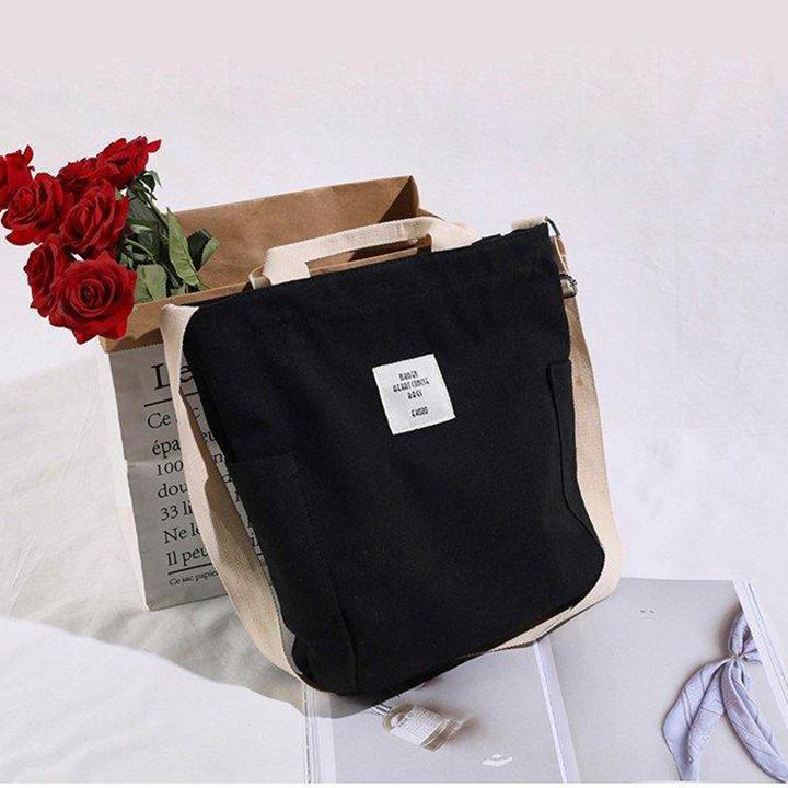 Túi canvas màu đen có vẻ đơn giản là màu che được khuyết điểm, rất dễ mix đồ mang đến vẻ đẹp hấp dẫn
