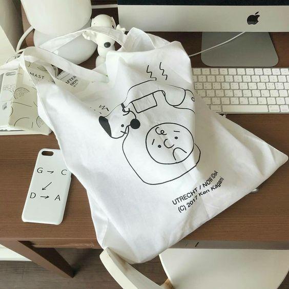 Một chiếc túi canvas lộ sợi chỉ thừa, hay đường may bị lỗi sẽ tố cáo nguồn gốc kém chất lượng của chúng