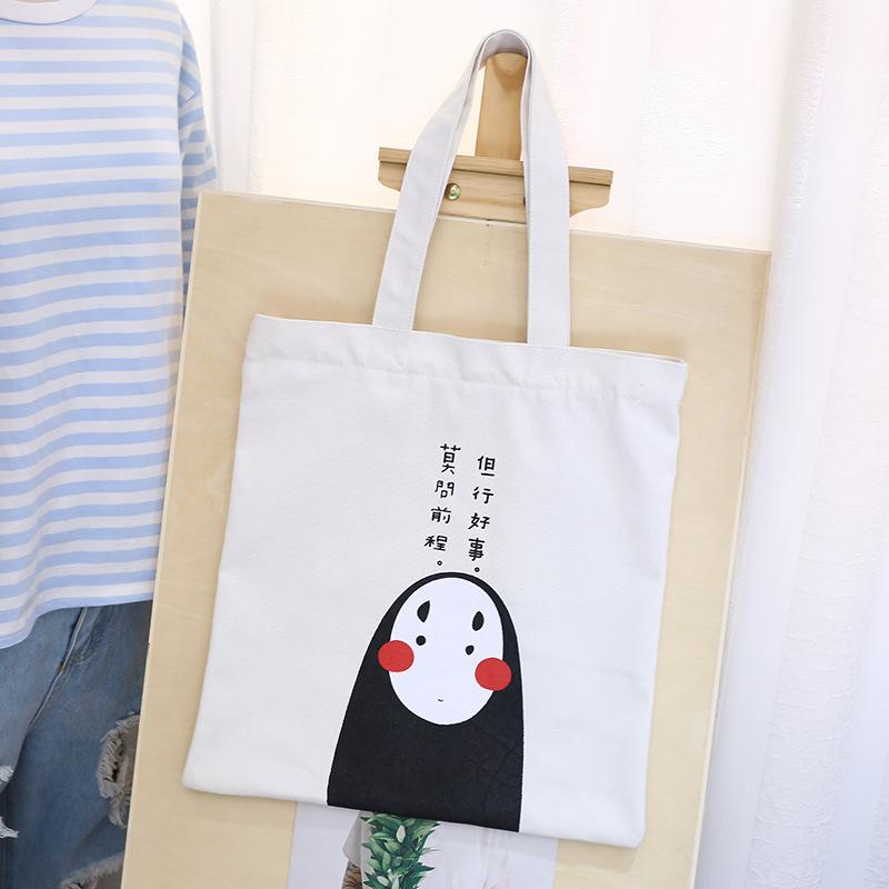 Vì đơn giản nên túi vải canvas màu trắng không bị lỗi mốt, dễ phối đồ, dễ sử dụng
