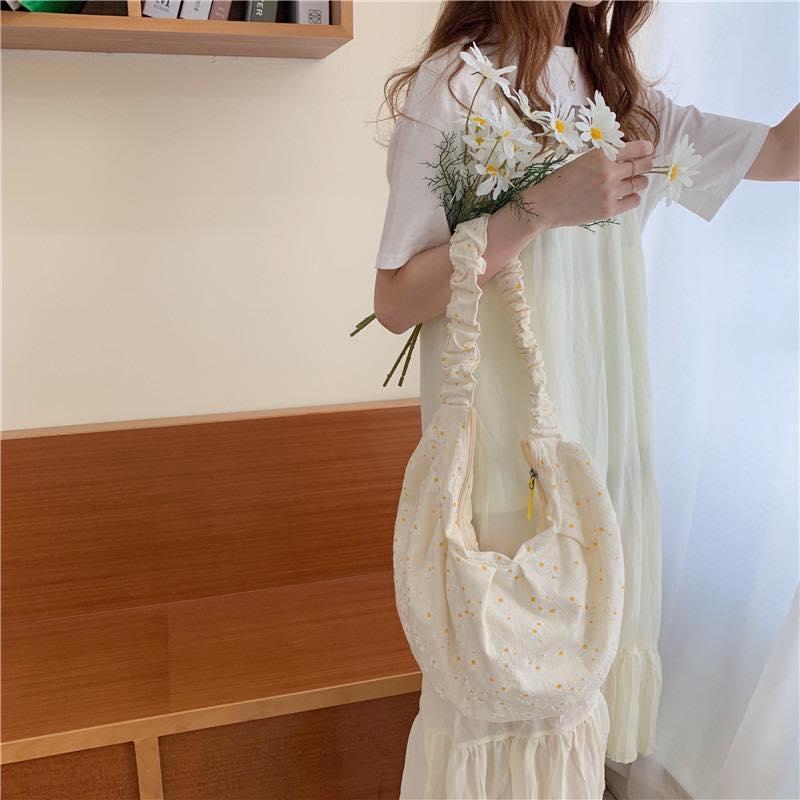 Túi canvas là phụ kiện hết sức ấn với những bông hoa cúc hoa mi trắng xinh xắn