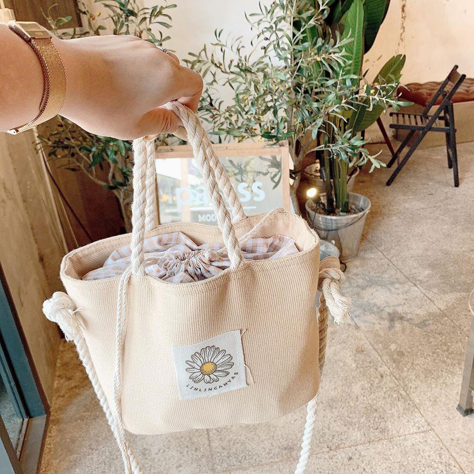 Túi canvas dây rút vừa tiện dụng vừa đảm bảo an toàn với các đồ dùng đựng trong túi