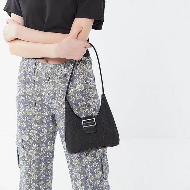 """Túi xách kẹp nách vải canvas là """"làn gió"""" mới lạ giúp phái nữ dễ dàng tạo cảm hứng sáng tạo trên set đồ street style"""