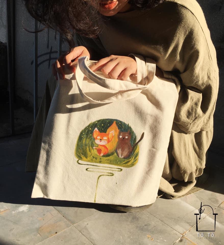 Chiếc túi xách canvas vẽ tay theo yêu cầu đang là xu hướng thời trang hot nhất vì sự tiện dụng, độc đáo và cá tính của nó