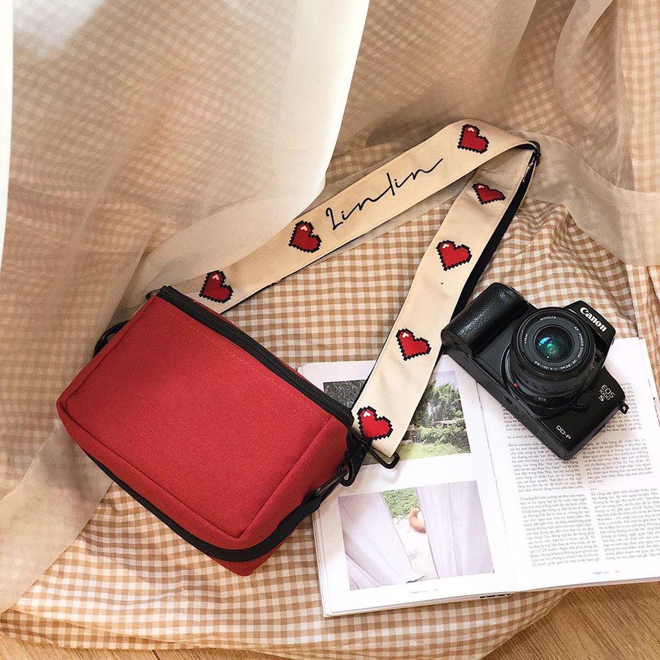 Túi canvas đeo chéo trước ngực kiểu dáng thanh lịch, sẽ giúp bạn có thể cất giữ và mang theo máy ảnh an toàn