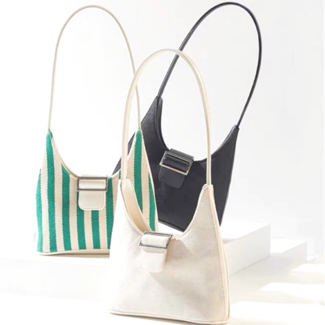 Túi xách kẹp nách canvas với phom dáng vintage được bán lại khá rẻ nên được nhiều người lựa chọn