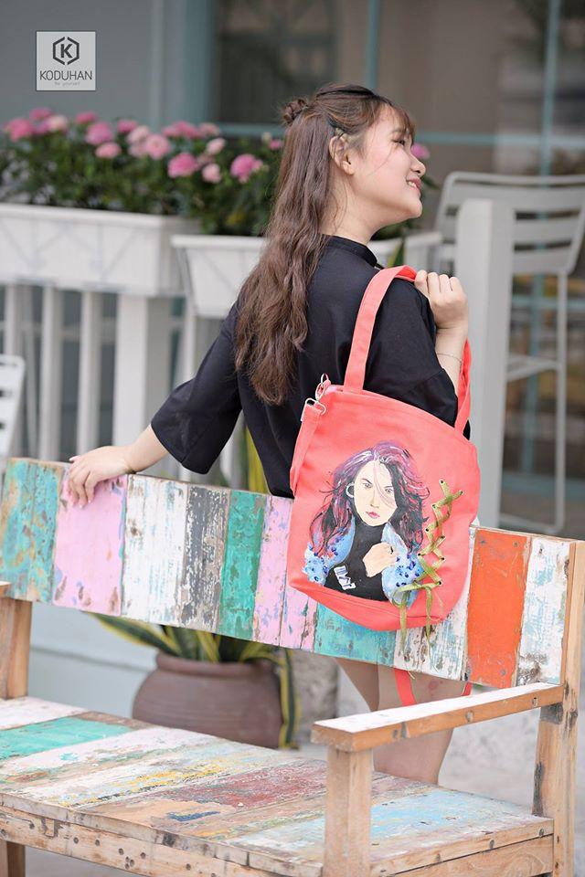 Một chiếc túi canvas vẽ tay theo yêu cầu gắn liền với câu chuyện và tạo điểm nhấn cho trang phục của bạn.