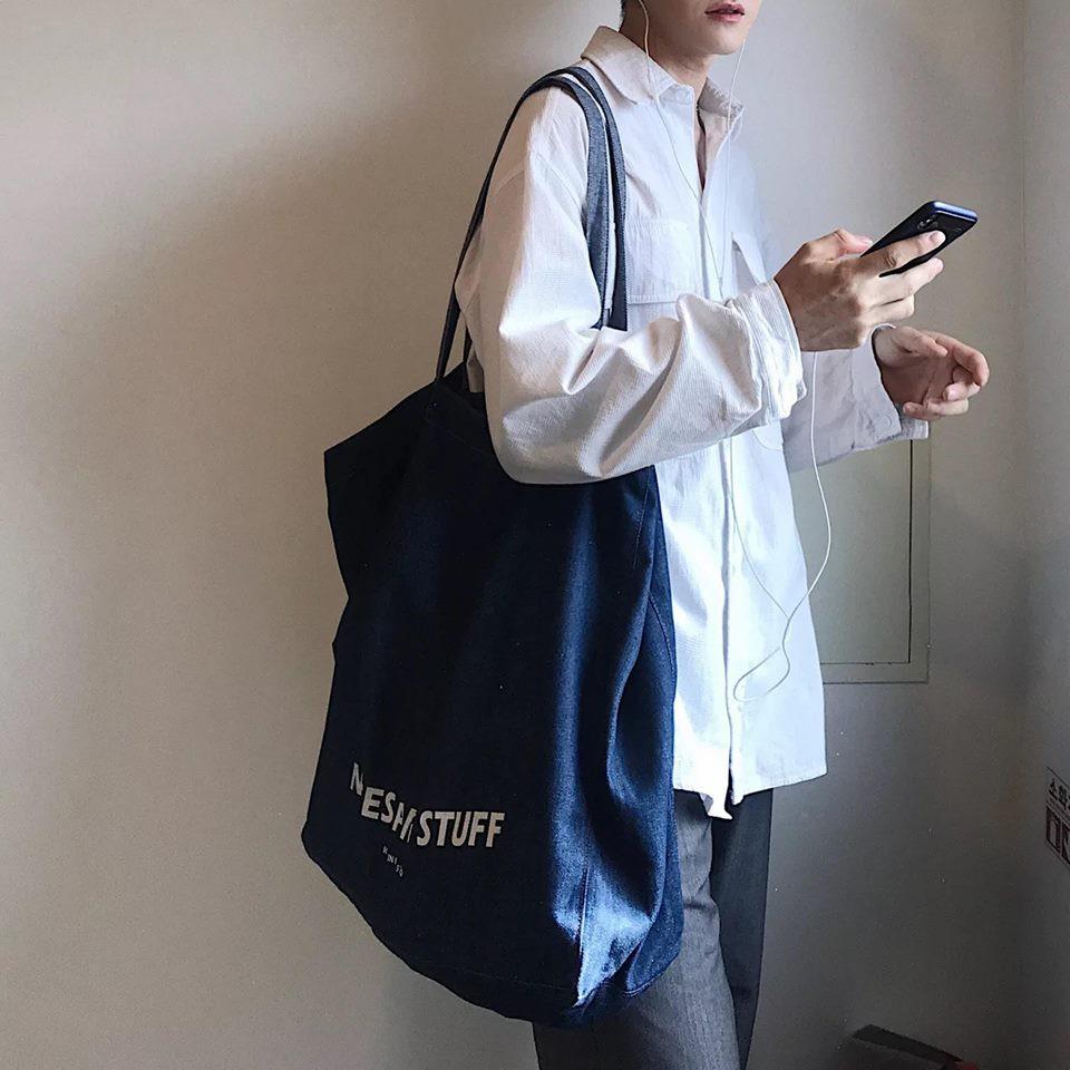 Những chiếc túi vải canvas với nhiều kiểu dáng và họa tiết khác nhau trở thành một điểm nhấn trong gu thẩm mĩ cùng với tính ứng dụng cao